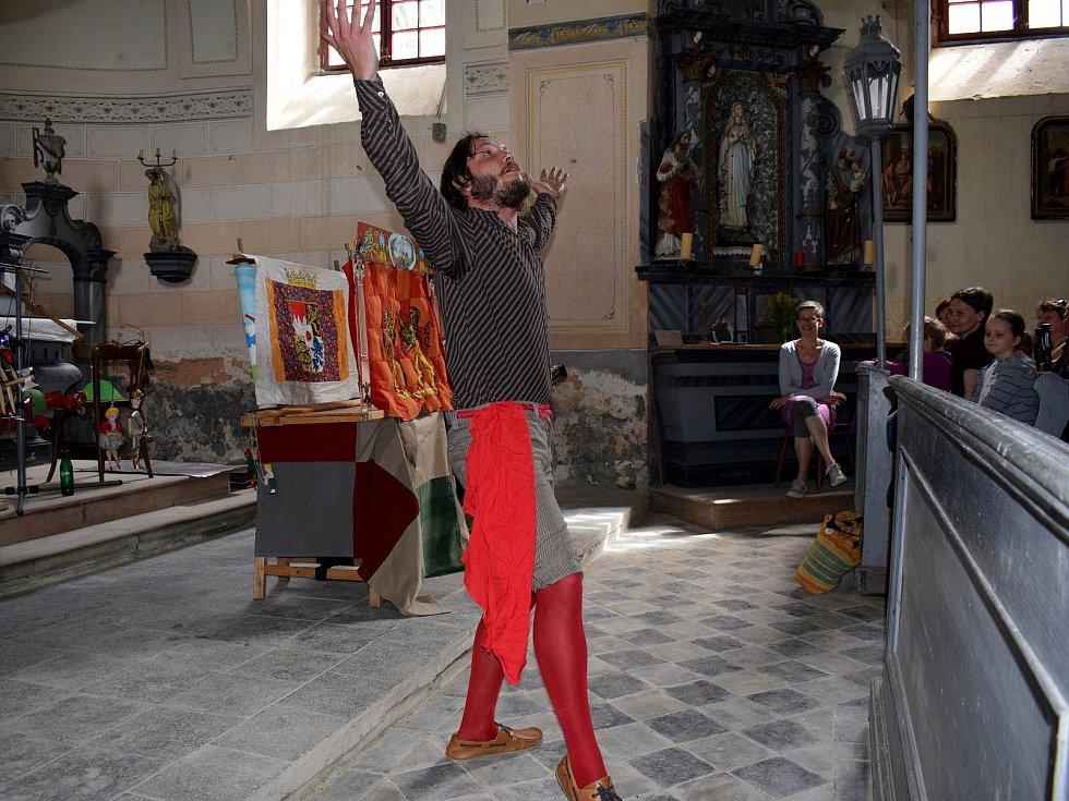 Z loutkového představení v Horní Lipce v rámci putování Vím já kostelíček.