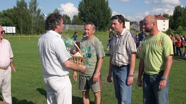 Vedení oddílu poděkovalo nejen nejlepším hráčům, ale také trenérům (zleva) Miroslavu Urbancovi, Martinu Fohlovi a Zdeňku Řehákovi.