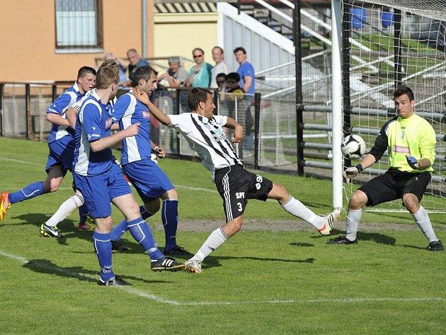 Ústečtí fotbalisté (v černobílém) prohráli s Náchodem 0:2