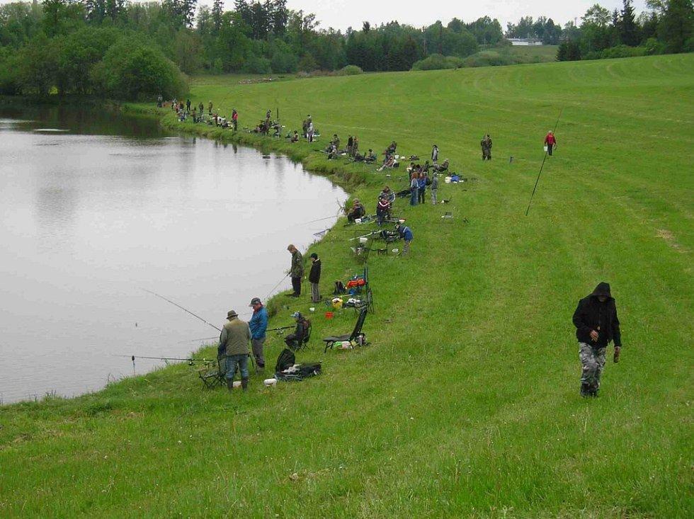 Dětské rybářské závody v Lukavici.