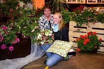 Česká Hvězda floristiky v kategorii žáci Marie Flekrová dostala při slavnostním zahájení ocenění a malý dárek i od své mateřské organizace. Floristce byla nápomocná i zkušená floristka Vlasta Šlezingrová.