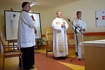 K seniorům zavítal biskup Vokál. Vysvětil obraz i křížovou cestu.