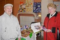 Čtenáři Orlického deníku, kteří si přišli na základě našeho článku do vestibulu českotřebovského železničního nádraží pro sadu pohlednic Tomáše Rybičky.