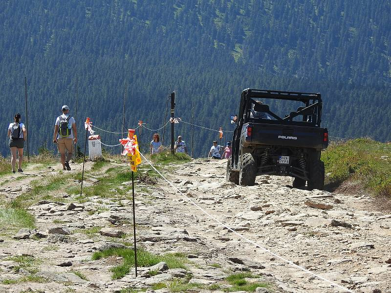Výstavba rozhledny na Králickém Sněžníku a přístupová cesta na vrchol v červenci 2021.