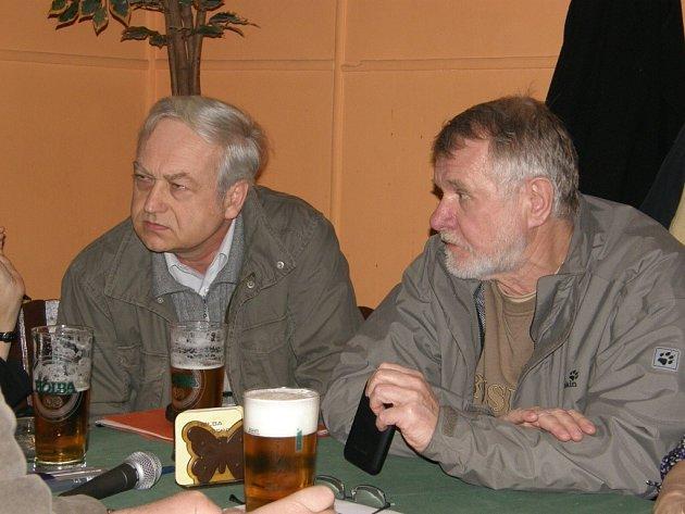 Děkan Přírodovědecké fakulty Univerzity Karlovy Pavel Kovář (vlevo) se  se senátorem Jaromírem Štětinou.