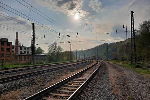 Stržená trolej na choceňském zhlaví brandýského nádraží