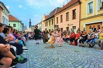 V centru města, přímo pod Litomyšlskou bránou, pak zazpíval nejen pěvecký sbor Otakar, ale módní přehlídku inspirovanou historickými trendy připravili také klienti Bereniky. Foto: Vladimír Velš