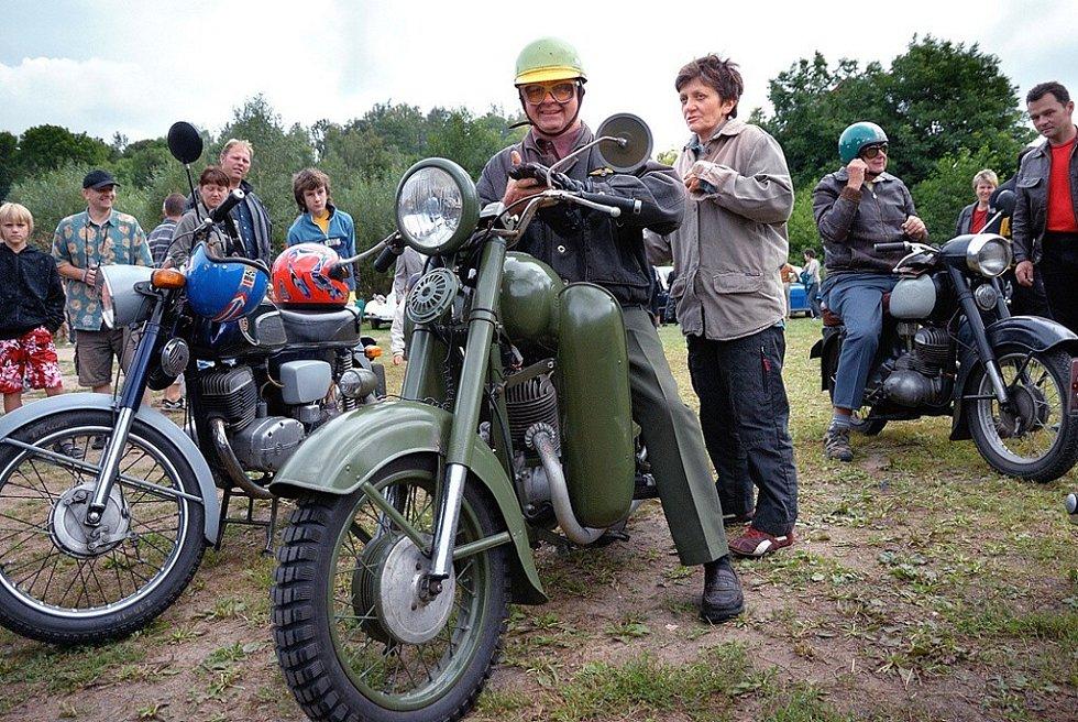 DO NOVÝCH HRADŮ přijely historické dopravní prostředky na dvou, třech i čtyřech kolech.