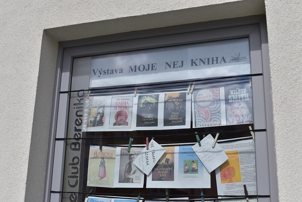Obsluha za výdejním okénkem nachystala ve spolupráci s městskou knihovnou vyřazené knihy, které si za libovolný příspěvek mohli kolemjdoucí zakoupit.