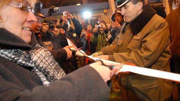 Stovky lidí se sešly o půlnoci ze čtvrtka na pátek na hraničním přechodu Dolní Lipka – Boboszów, aby oslavily připojení České republiky a Polské republiky k schengenskému prostoru.