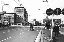 Třída Míru, pojmenována takto od roku 1962 (do té doby Stalinova třída), byla trychtýřovitě otevřena do náměstí Budovatelů v roce 1972, kdy byl na jejím konci zbořen hotel Veselka. Na fotografii můžete vidět konec třídy Míru v roce 1983.