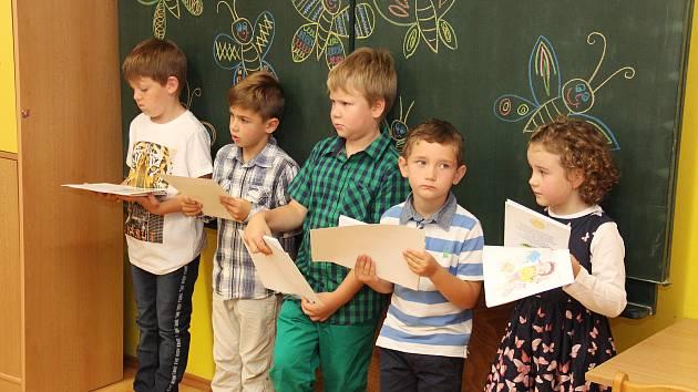 Děkan fakulty přivítal malé školáčky v Hnátnici.