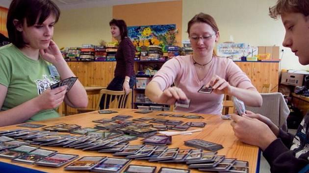 Karetní hra Dominion.
