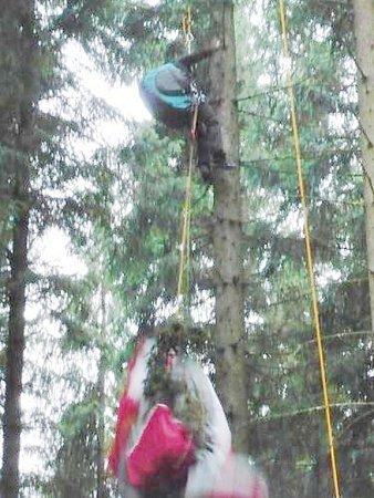 Paraglidistu visícího na stromě zachránili až hasiči sčleny Horské služby.