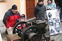 Jak funguje motor, se do Regionálního muzea ve Vysokém Mýtě přišli podívat především kluci s tatínky a dědečky.