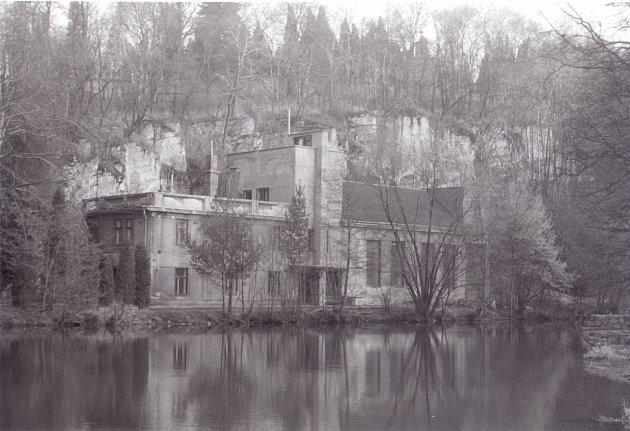 Pohled na bývalý Husův sbor, poté čalounická dílna, březen 1995.