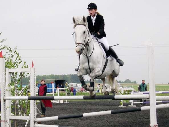Domácí jezdkyně Michaela Špičáková s koněm Kamarád dojela v kategorii parkur stupně Z - mladí jezdci třináctá.