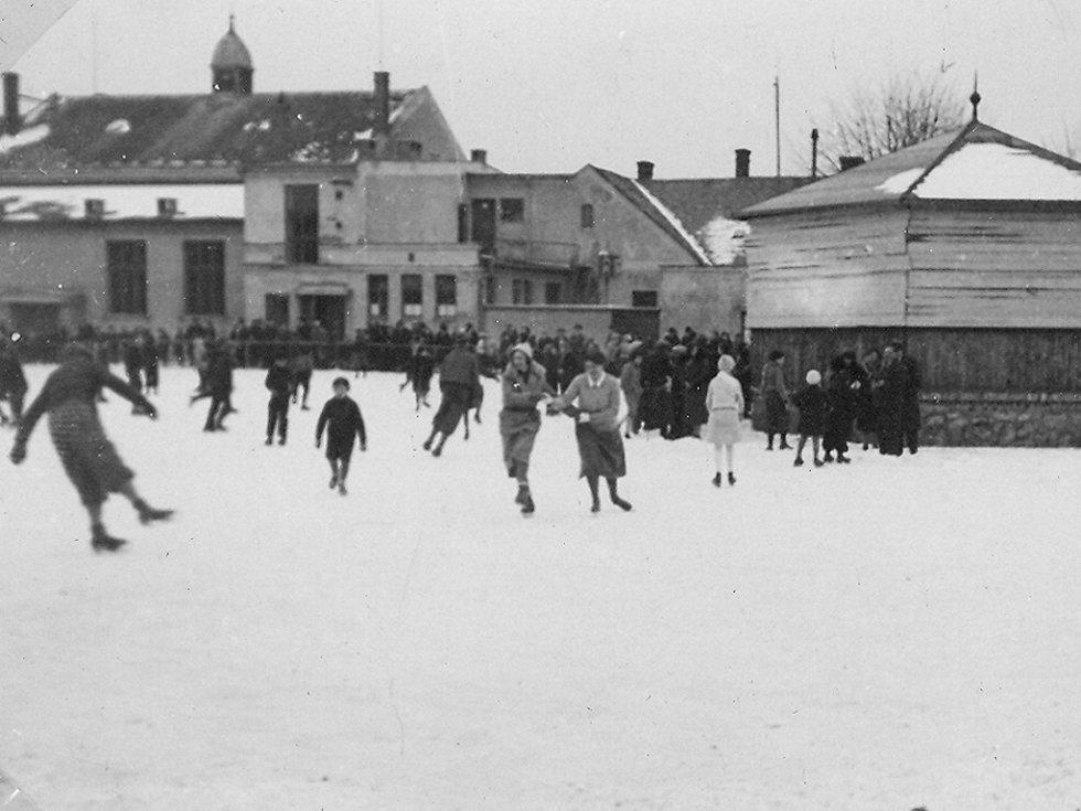 BRUSLENÍ U TĚLOCVIČNY sokola Na Skále okolo roku 1930.