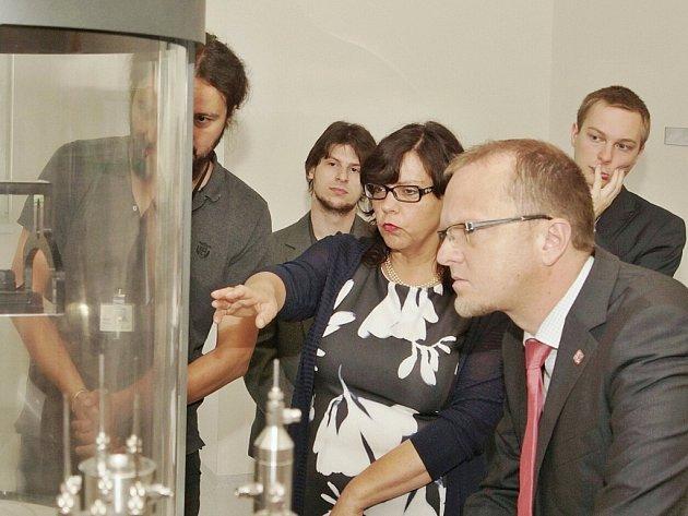 Ministryně práce a sociálních věcí Michaela Marksová s hejtmanem Martinem Netolickým na návštěvě firmy Contipro.