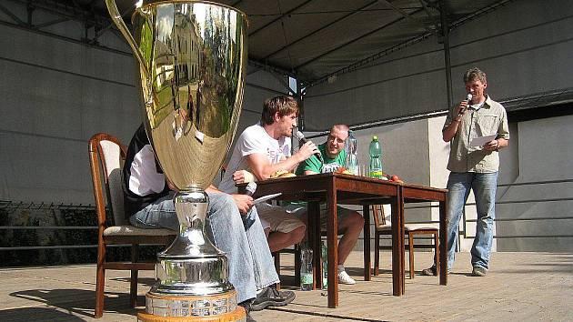 Vítěznou trofej mistrů republiky přivezli do Lanškrouna ukázat hokejisté Jan Starý a Jakub Nakládal.