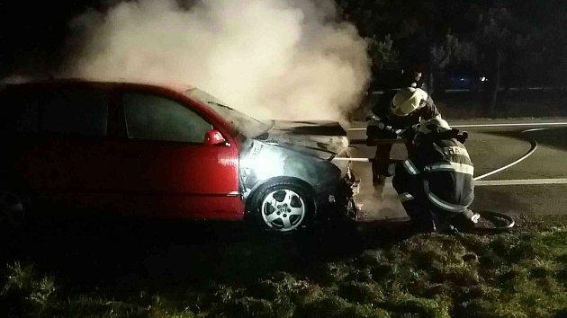 Kpožáru osobního vozidla Škoda Fabia do Zámrsku vyjížděli ve čtvrtek 9. listopadu v18.23 hodin profesionální hasiči zVysokého Mýta a místní dobrovolní hasiči.