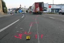 Uvolněná kola z jedoucího nákladního vozidla naštěstí nikoho nezasáhla, poškodila ale dvě zaparkovaná vozidla.