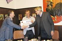 Starosta České Třebové Jaroslav Zedník (vpravo) předal šek na 200 tisíc korun řediteli nemocnice Jiřímu Řezníčkovi (uprostřed) a primáři ORL Josefu Hájkovi.
