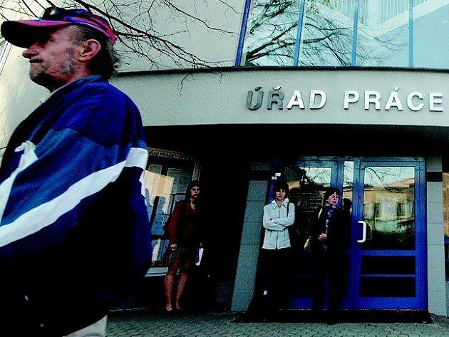 Během března se zaregistrovalo pět stovek uchazečů o práci, vyřazeno jich bylo přes osm set.