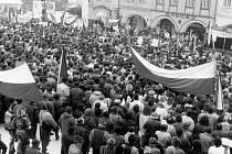Pohled na ústecké náměstí 27. listopadu 1989. Manifestace na podporu generální stávky se podle odhadu organizátorů zúčastnilo kolem osmi až devíti tisíc lidí.