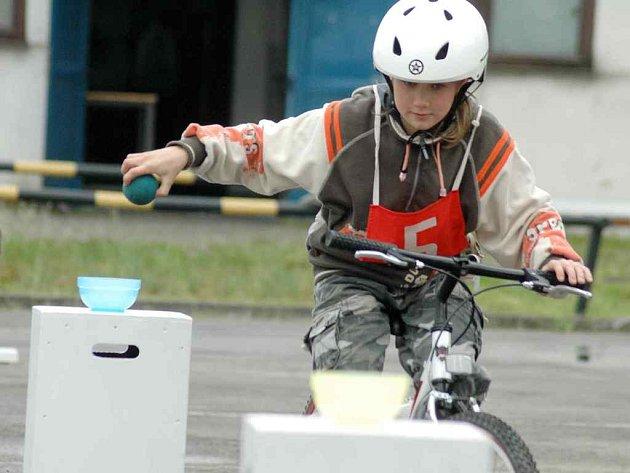 Jízda zručnosti (na snímku) a jízda na dopravním hřišti byly mezi disciplínami soutěže.
