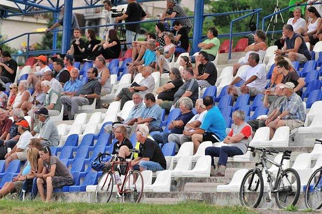 BUDE PLNO? Tribuna na stadionu v České Třebové by si v dnešním utkání proti Letohradu zasloužila, aby byla zaplněná do posledního místa. Derby je přece derby.