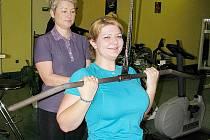 Hana Hlavová, sportovní redaktorka Orlického deníku, bere cvičení v Athletic & Fitness Clubu hodně vážně. Trenérka Iveta Záleská ji chválí.
