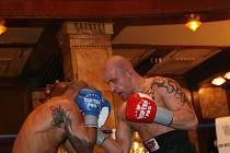 Boxer stáje Siam Bronislav Kubín (vpravo) svého soupeře od druhého kola drtil silou rozjeté lokomotivy.