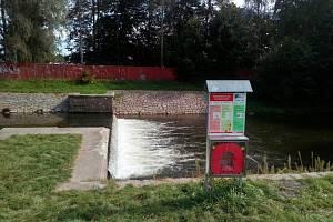 Záchranné pomůcky u nebezpečného jezu v Ústí nad Orlicí.