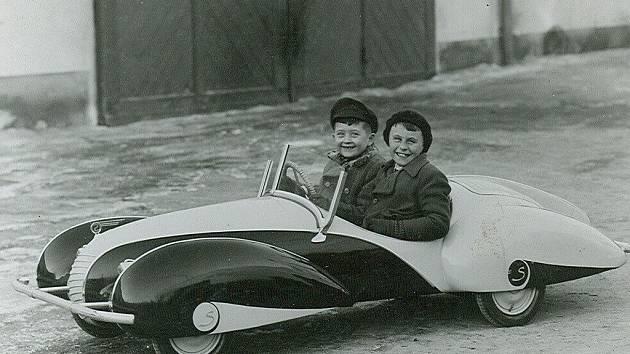 Dětský motorový automobil na archivním snímku.
