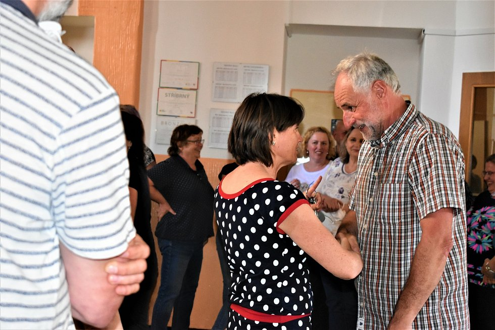 Celý pedagogický sbor Základní školy Mistra Choceňského se ve čtvrtek přišel symbolicky rozloučit se školníkem Josefem Ropkem. Ten nyní odchází do zaslouženého důchodu. Na škole strávil tři desítky let.