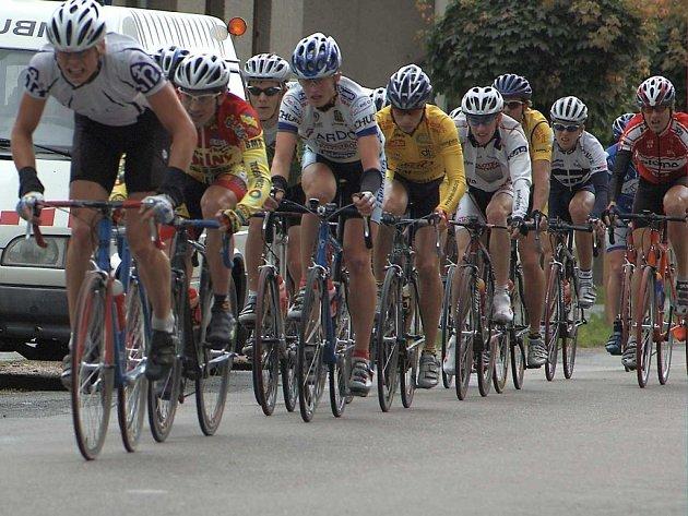Početné startovní pole, které čítalo 105 cyklistů a cyklistek, se muselo první den závodů potýkat s nepříznivým počasím.