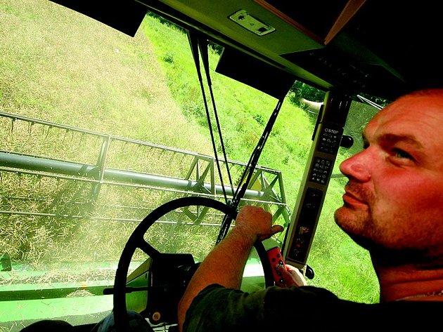 Vlastimil Petrlák, kombajnér Aveny, vyjel včera na sklizeň řepky.