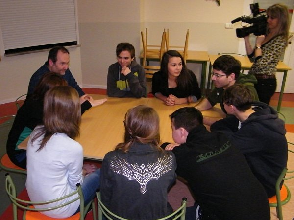 Ukulatého stolu vKrálíkách usedli mladí lidé a zastupitelé.