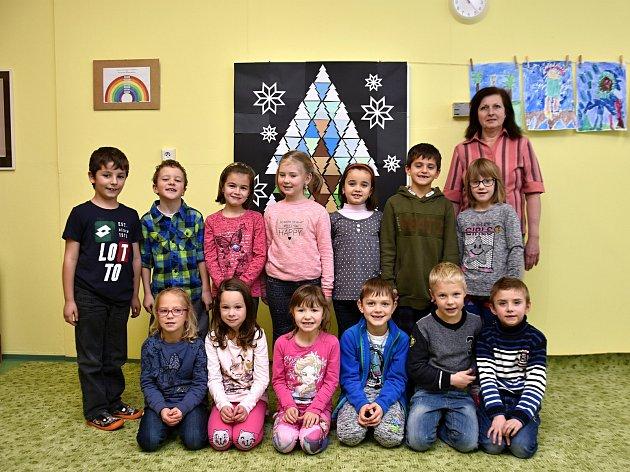 Žáci ze základní školy vDamníkově spaní učitelkou Irenou Tejklovou.