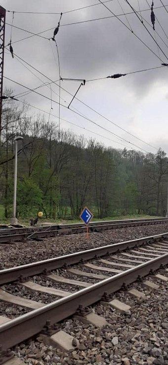Stržená trolej na koridoru v Brandýse nad Orlicí