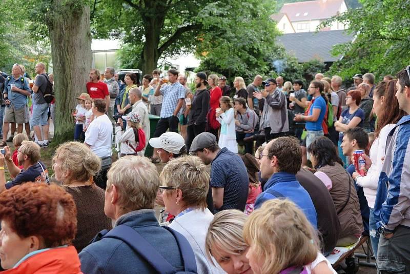 Letní hudební festival pod hradem Žampach.