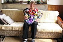 MARTA MIKYSKOVÁ šije panenky pro Dětský fond OSN  (UNICEF) necelé čtyři roky. Nyní její činnost ocenila veřejnost a ona vyhrála soutěž Pštros Nadace Vodafone a Deníku.