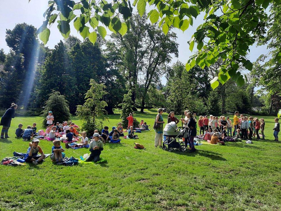 Na louce v zámeckém parku odpočívali žáci místních základních škol