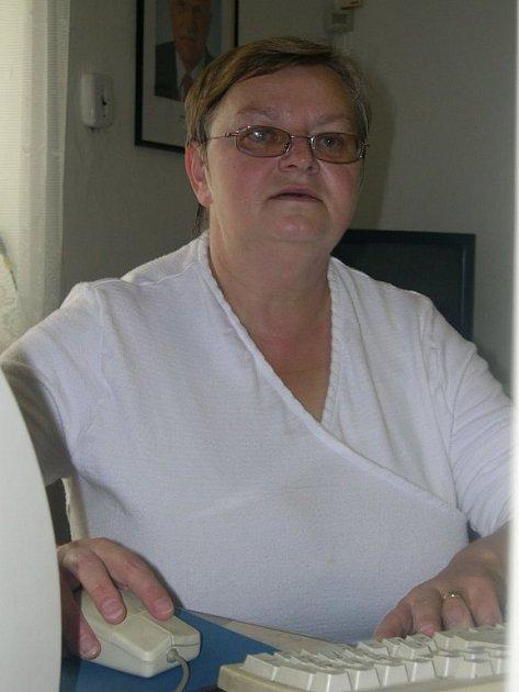 Erika Kohoutová u svého pracovního stolu na obecním úřadě.