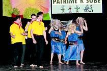 Taneční soubor Ginko z Domova pod hradem Žampach na vystoupení v Semilech.