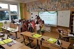 """Na Základní škole Jindřicha Pravečka ve Výprachticích proběhlo zahájení školního roku ve stylu """"Poletíme do Afriky"""". Na novopečené prvňáčky čekaly úkoly paní učitelky a jako odměna sladký dort."""