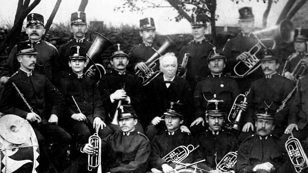 Na tomto snímku je vůbec první třebovská kapela vedená učitelem Mikulášem Matyášem (uprostřed) v roce 1884.