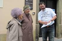 Dobrovolníci z iniciativy Hazardu stop vysvětlují u volebních místností v Ústí nad Orlicí princip a účel místního referenda. U radnice s voliči diskutoval Daniel Dostrašil.