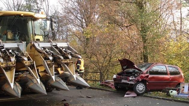 Kombajn se střetl s osobním vozem.